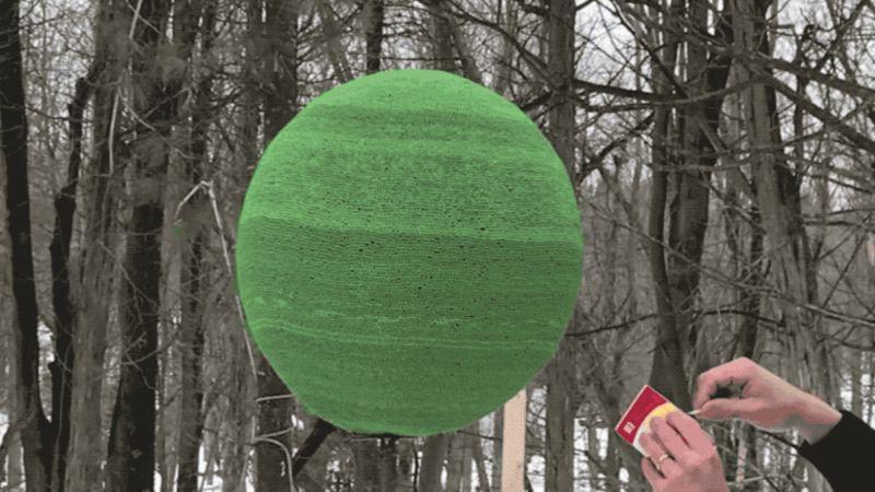 Ver una cámara lenta Una esfera hecha con 42.000 cerillas es un espectáculo fascinante