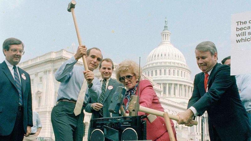 Que los republicanos del tiempo destrozaron un Boombox con almádenas en el Capitolio